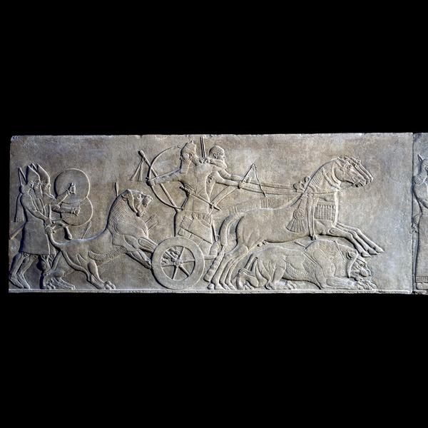 Nimrud ( antigua Kalhu ) , el norte de Irak Neo - asirio , 883 a 859 aC  Un salto del león en la carroza del Rey  Este relieve de alabastro muestra el deporte rey de reyes. Cacerías reales león eran una tradición muy antigua en Mesopotamia , con ejemplos de escenas similares conocidos ya en 3000 antes de Cristo. Assurnasirpal ( reinó 883-859 aC) , obviamente, tuvo el gran placer de la actividad como él dice en las inscripciones que han matado a un total de 450 leones.  El motivo de Assurnasirpal II o el príncipe heredero leones de caza de su carro se representa tres veces por separado sobre los relieves en su palacio de Nimrud . Dos se encuentran en el Museo Británico , la otra en el Museo Vorderasiatisches , Berlín .  Inusualmente , aquí el relieve aquí se compone como una sola escena. En general , la acción se mueve en una narración , de izquierda a derecha , sin obstáculos por el león caído que, o bien se agazapa debajo de los cuerpos de los caballos al galope o se vuelve en un vano intento de evitar una muerte segura .