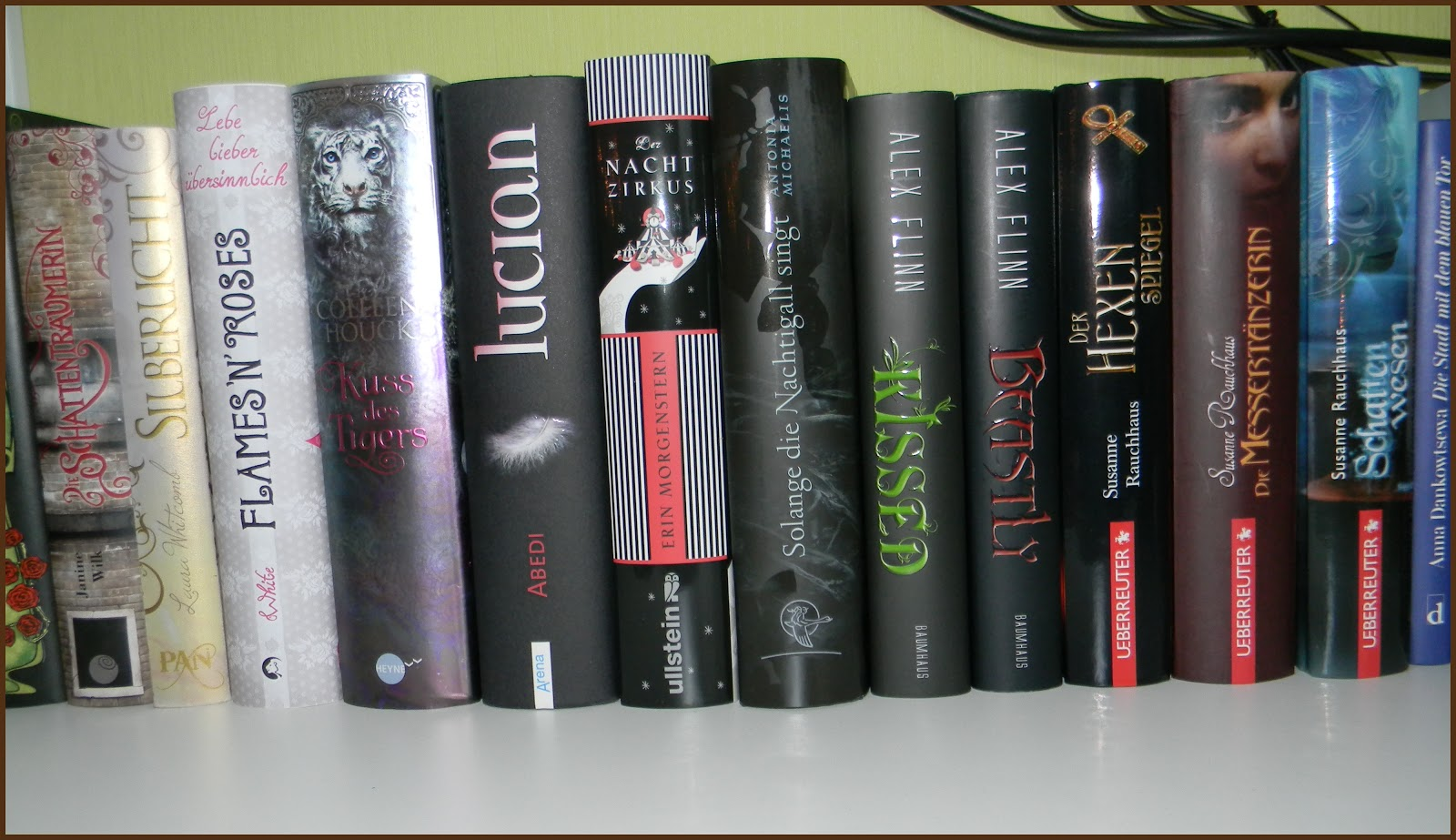 Bücher nebeneinander  Herzensgeschichten: Mein Bücherregal