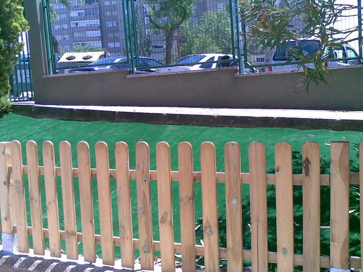 vallado madera y moqueta verde en colegio de Guadalara