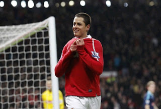 Javier Hernandez kisses the Man U shield