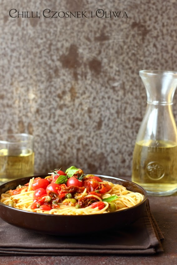 makaron z suszonymi pomidorami, oliwkami i kaparami