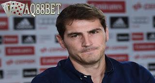Liputan Bola - Tanpa ada isu pindah, tanpa ada pelepasan yang megah, Iker Casillas mengucapkan selamat tinggal kepada klubnya, Real Madrid. Dia bahkan datang ke konferensi pers seorang diri, tanpa ada rekan setim atau pelatih tim untuk menemani.