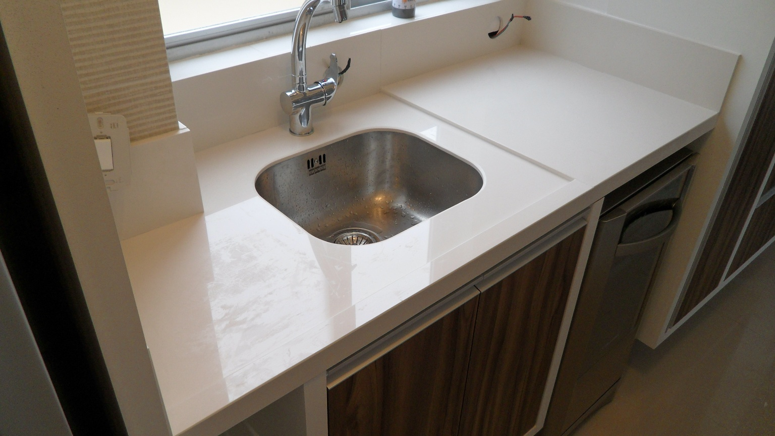 porcelanato.: Bancada cozinha com ilha e cooktop. Porcelanato #2C241B 1536 864