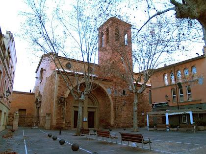 La Plaça de l'Església de Martorell amb el temple de Santa Maria en primer terme, i a mà esquerra els locals parroquials amb esgrafiats de Ferran Serra