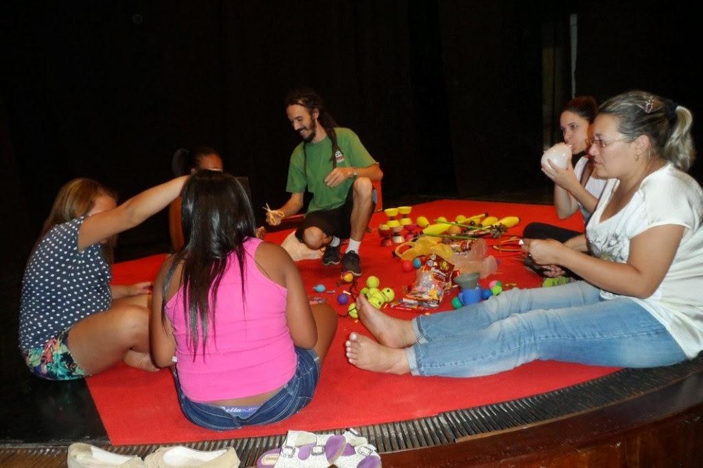 Atividades de malabarismo integram o curso de circo de Teresópolis