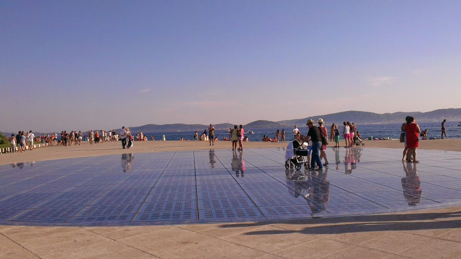 Zara - zegar słoneczny i panorama wyspy Ugljan