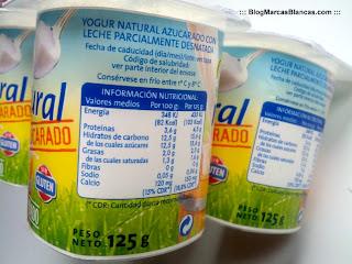Información nutricional del yogur natural azucarado Hacendado.