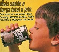 Propaganda do achocolatado Toddy pronto para beber, em lata.