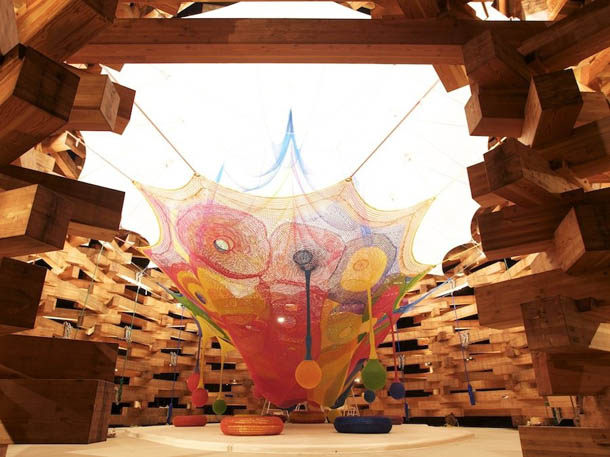 Parque de Diversões em Crochet - instalação de Toshiko Horiuchi-McAdam