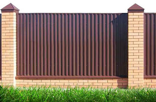 Забор из профлиста с кирпичными столбами. Фото 15