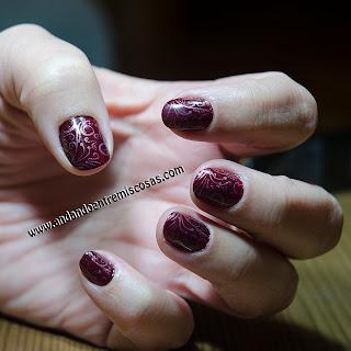 Manicura Granate Con Estampación En Rosa