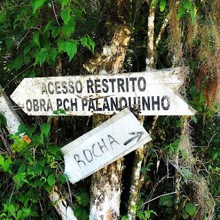 Placa indicando o acesso ao Cânion Palanquinho e a rocha.