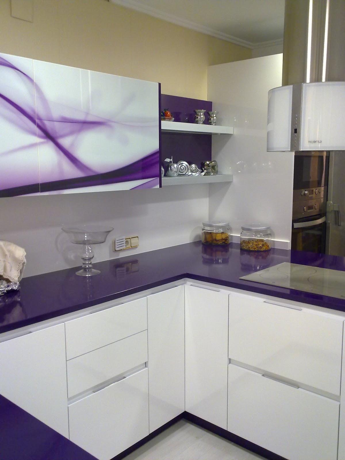Bamb muebles y cocinas cocina dise o moderno morado y for Muebles de cocina modernos color blanco