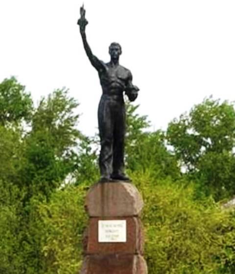 Памятник на могилку Игарка Мраморный крестик Октябрьское поле