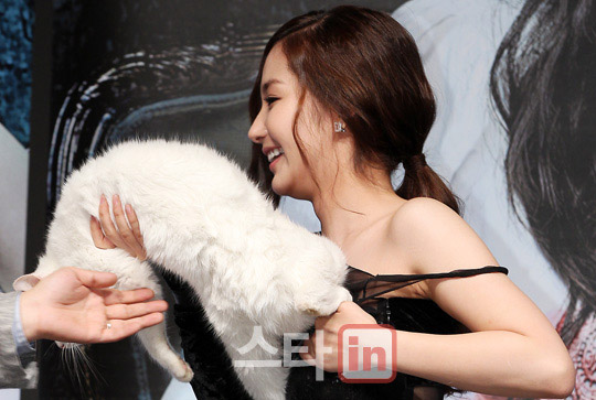 park min young strip off clothes 01