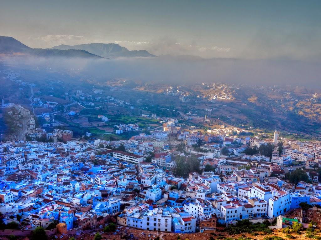 pueblo pintoresco pintado de azul