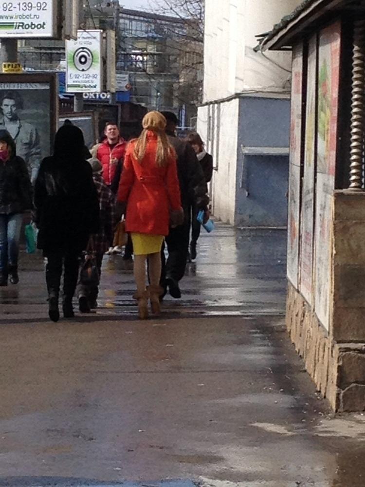 Yoldan geçen pembe renkli hummer limuzinler, kaldırımda yürüyen