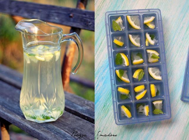 Orzeźwiająca lemoniada cytrynowa z melisą - z kostek lodu.