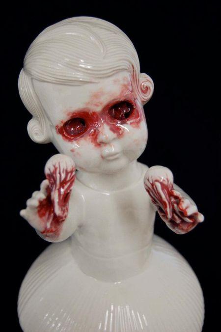 Maria Rubinke esculturas porcelana surreais sangue crianças macabras Arrancando os olhos