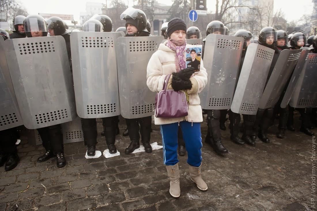гражданские приносят им пенопласт или доски, чтобы подложить под ноги