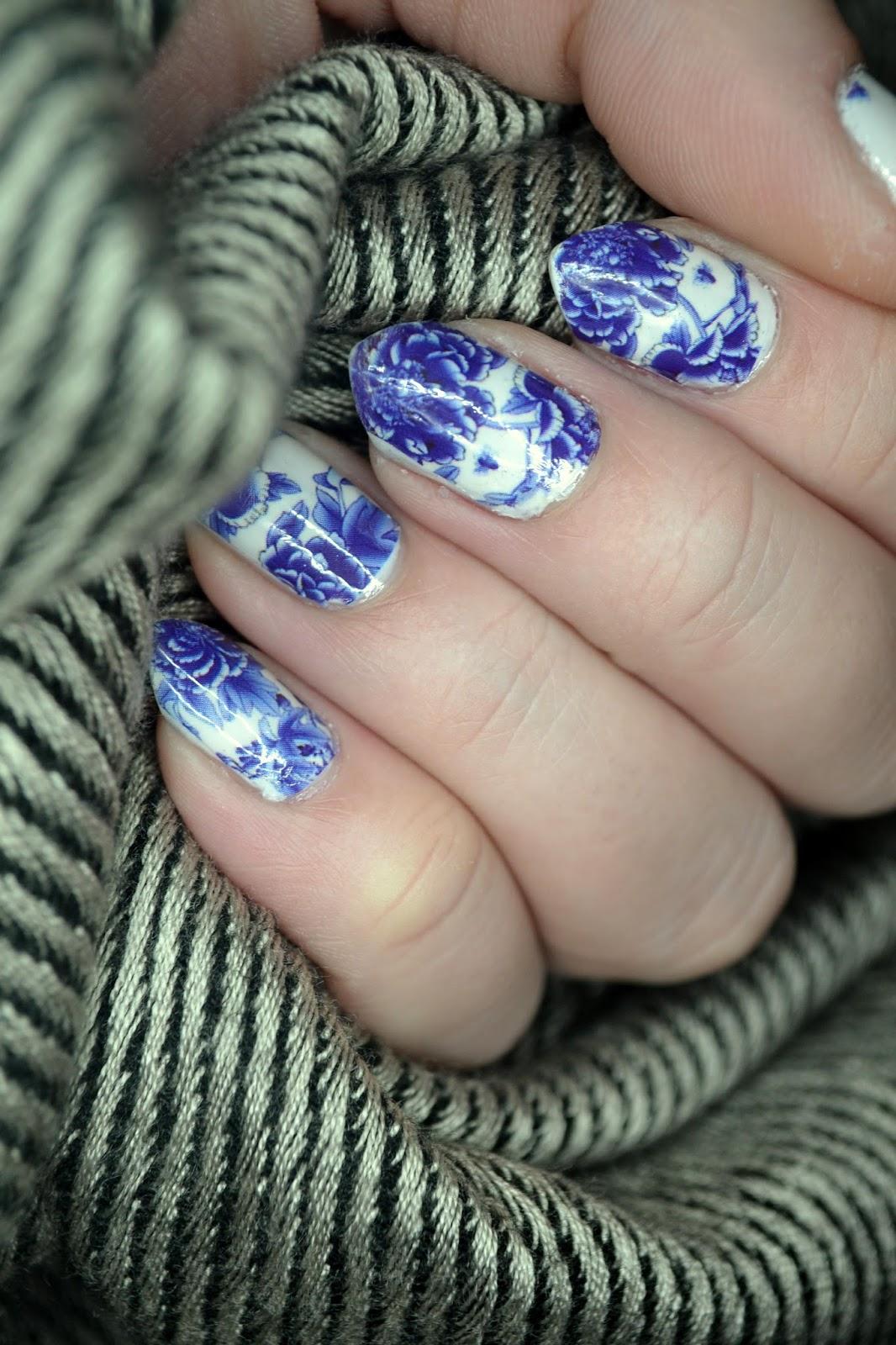 Zaczarowana Oczarowana Paznokciowy Look Niebieskie Kwiaty