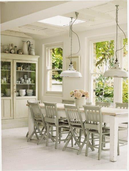 Vom Charme heller Wohnwelten mit Wohnideen von Atlanta Bartlett und Dave Coote, Esszimmer in weiß