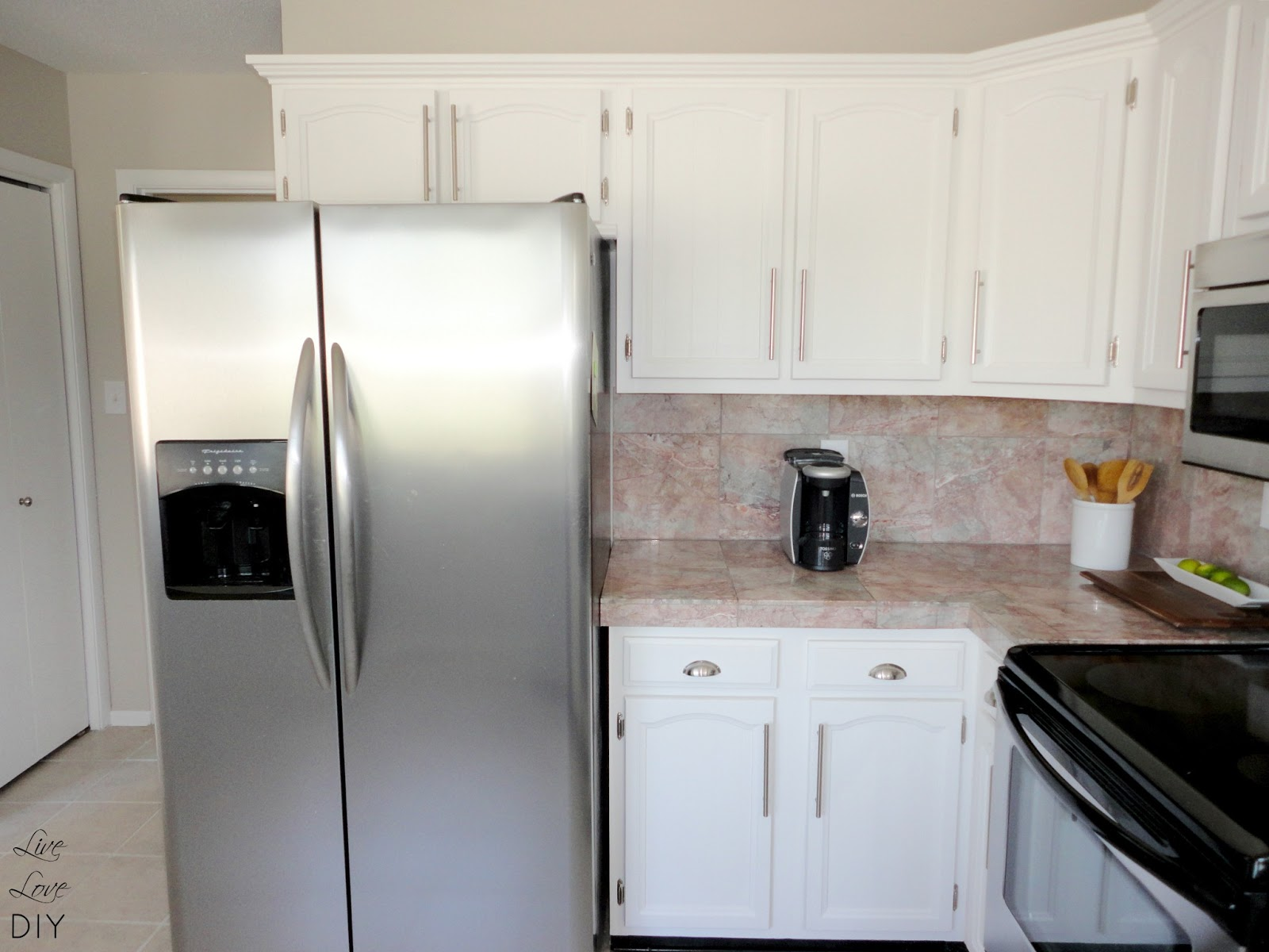 Livelovediy how to paint kitchen cabinets in 10 easy steps for Painting your kitchen cabinets