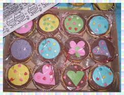 Cupcakes na caixa.