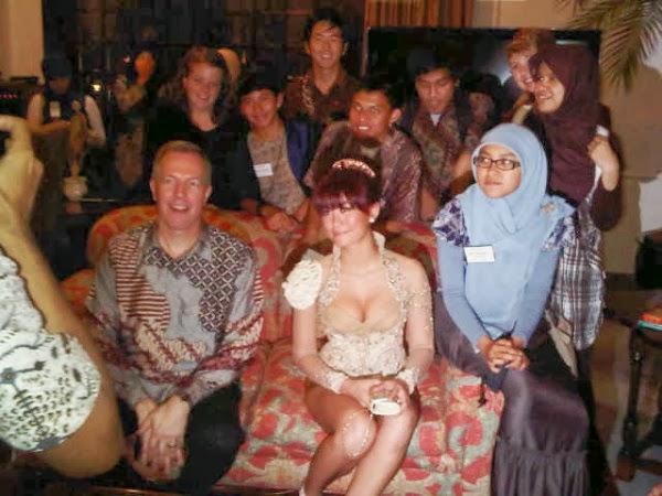 ... Monica Nyaris Telanjang Bersama Dubes Amerika dan Pelajar Indonesia