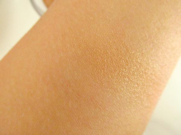 essence Sun Club Shimmer Bronzing Powder 30 sun loved swatch