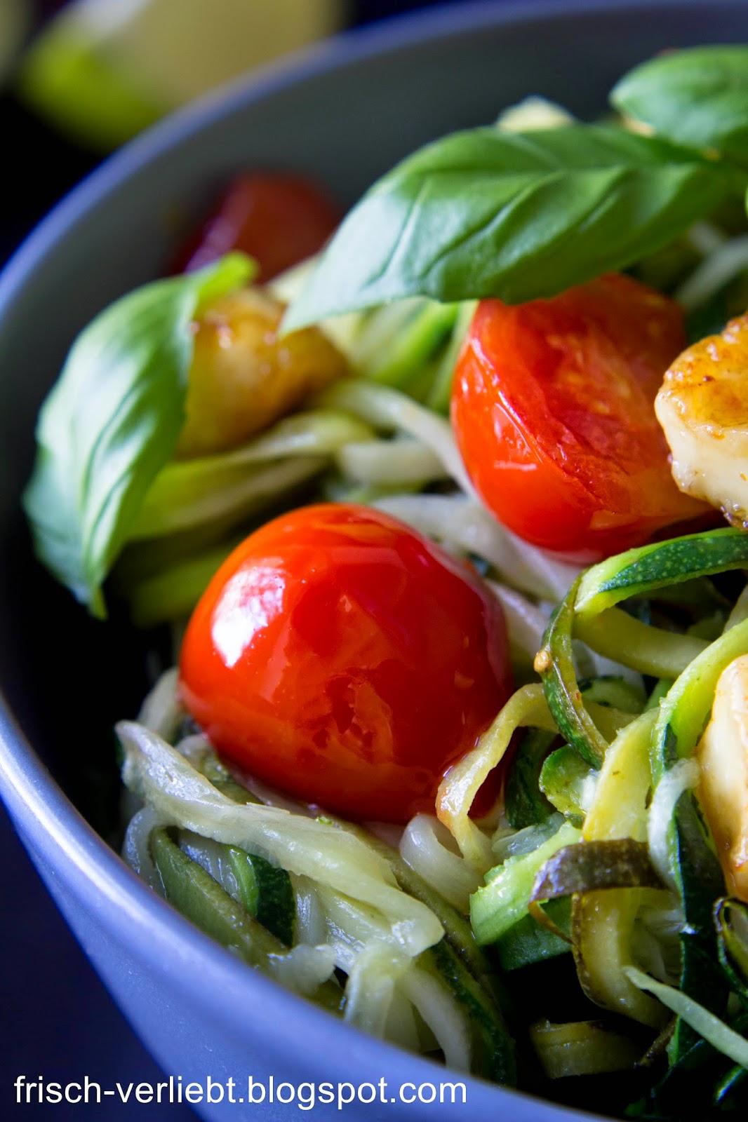 nudeln aus gem se zucchini spaghetti mit tomaten und halloumi frisch verliebt. Black Bedroom Furniture Sets. Home Design Ideas
