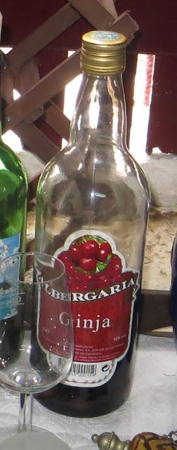Ampliação de Fotografia de Nicho de janela em Adega na Ilha Terceira com pormenor de garrafa de Ginginha