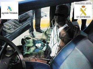 رجل يحول نفسه الى كرسي سيارة