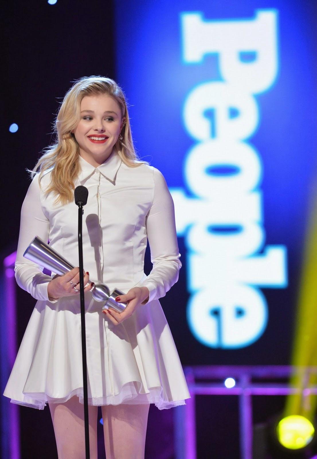 الممثلة الأمريكية كلوي مورتيز في حفل جوائز مجلة بيبول بفستان أبيض قصير