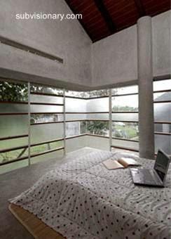 Dormitorio principal de una casa de concreto en Indonesia