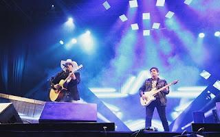 Edson e Hudson se apresentaram na Estância Alto da Serra, em São Paulo, neste sábado, 25, e se divertiram no palco. Bem humorado, Hudson apalpou o bumbum do irmão, que se empolgou e mostrou um pedacinho da cueca para as fãs, que enlouqueceram na platéia. Eita!