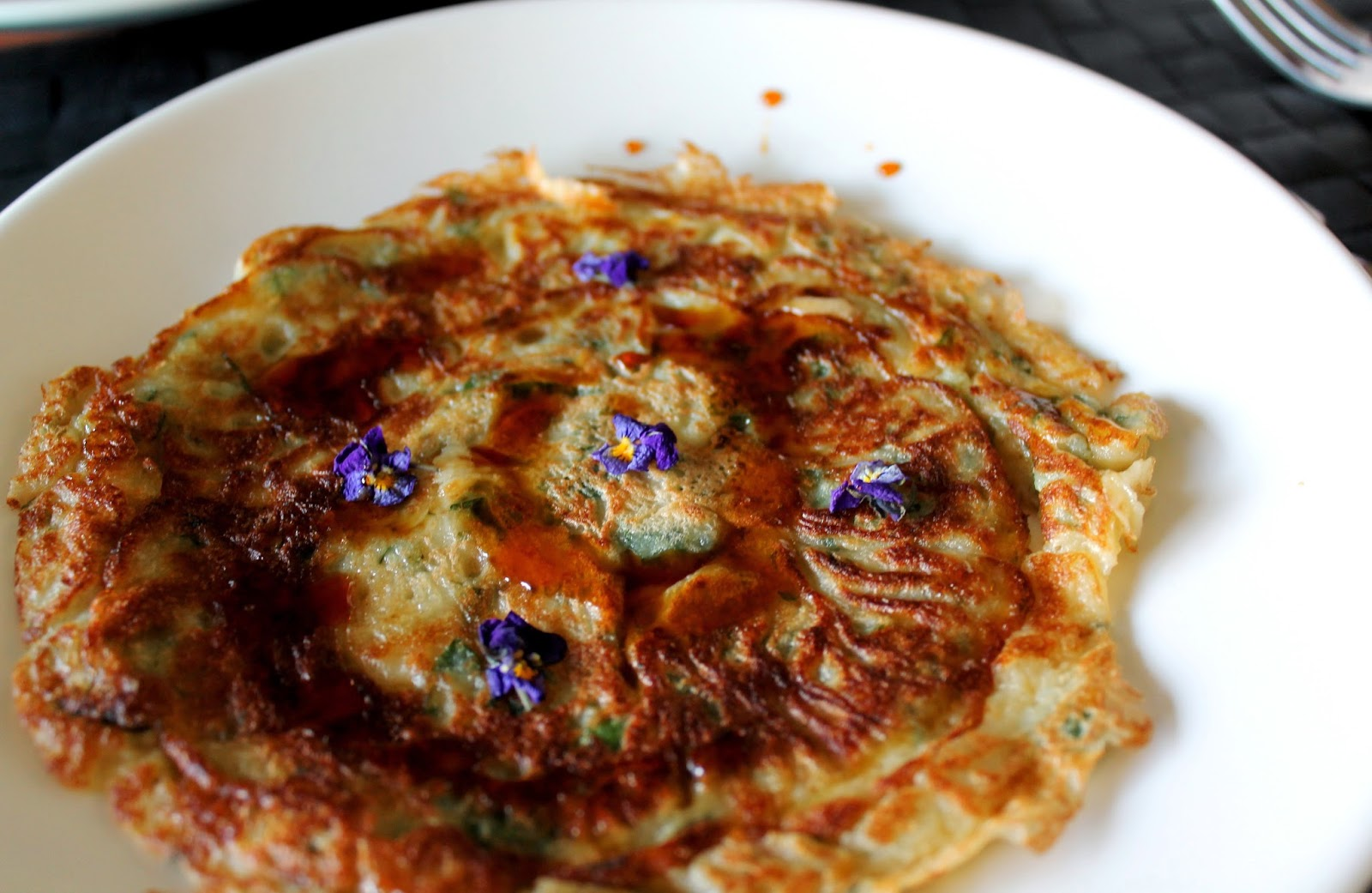 Nettle pancakes with mulberry syrup and violets | Alinan kotona blog