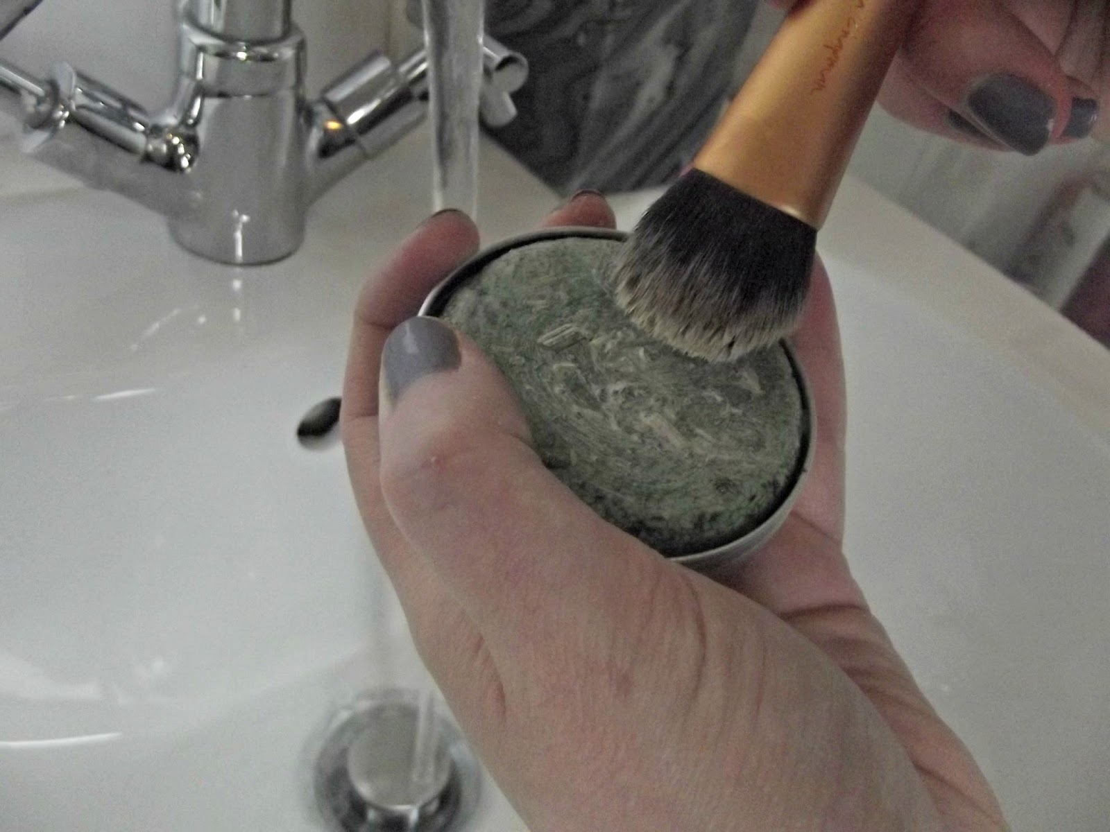 Cleaning my Real Techniques brushes with Lush Squeaky Green shampoo bar