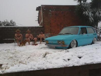 Trio flagrado só de bermudas na neve em Caxias do Sul_02