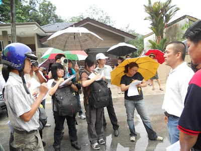 Despite the rain, YB Teh Yee Cheu  always attracts reporters