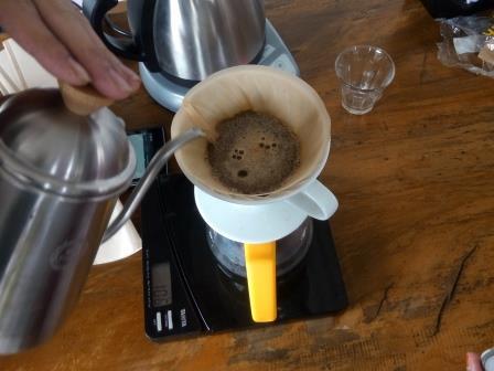 Proses penyeduhan kopi di Yellow Truck Coffee