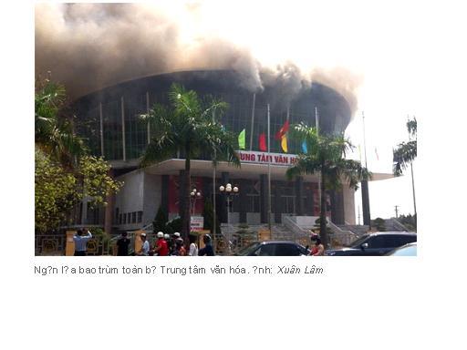 Ngọn lửa bao trùm toàn bộ Trung tâm văn hóa. Ảnh: Xuân Lâm