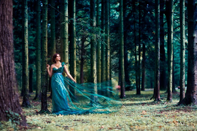 девушка в лесу в тканях