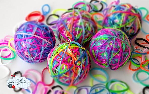 http://persfiziomanonsolo.blogspot.it/2014/09/riciclo-creativo-palline-Natale-rainbow-looms.html