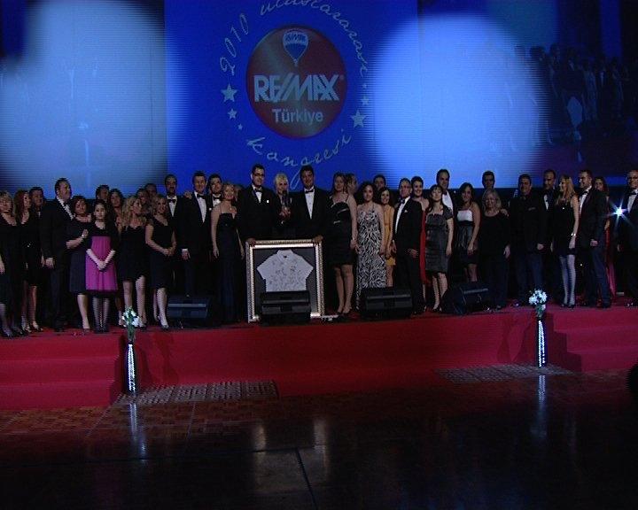 2009 - RE/MAX ÖDÜL GECESİ ANTALYA - TÜRKİYE CİRO BİRİNCİLİĞİ ÖDÜLÜMÜZÜ ALIRKEN