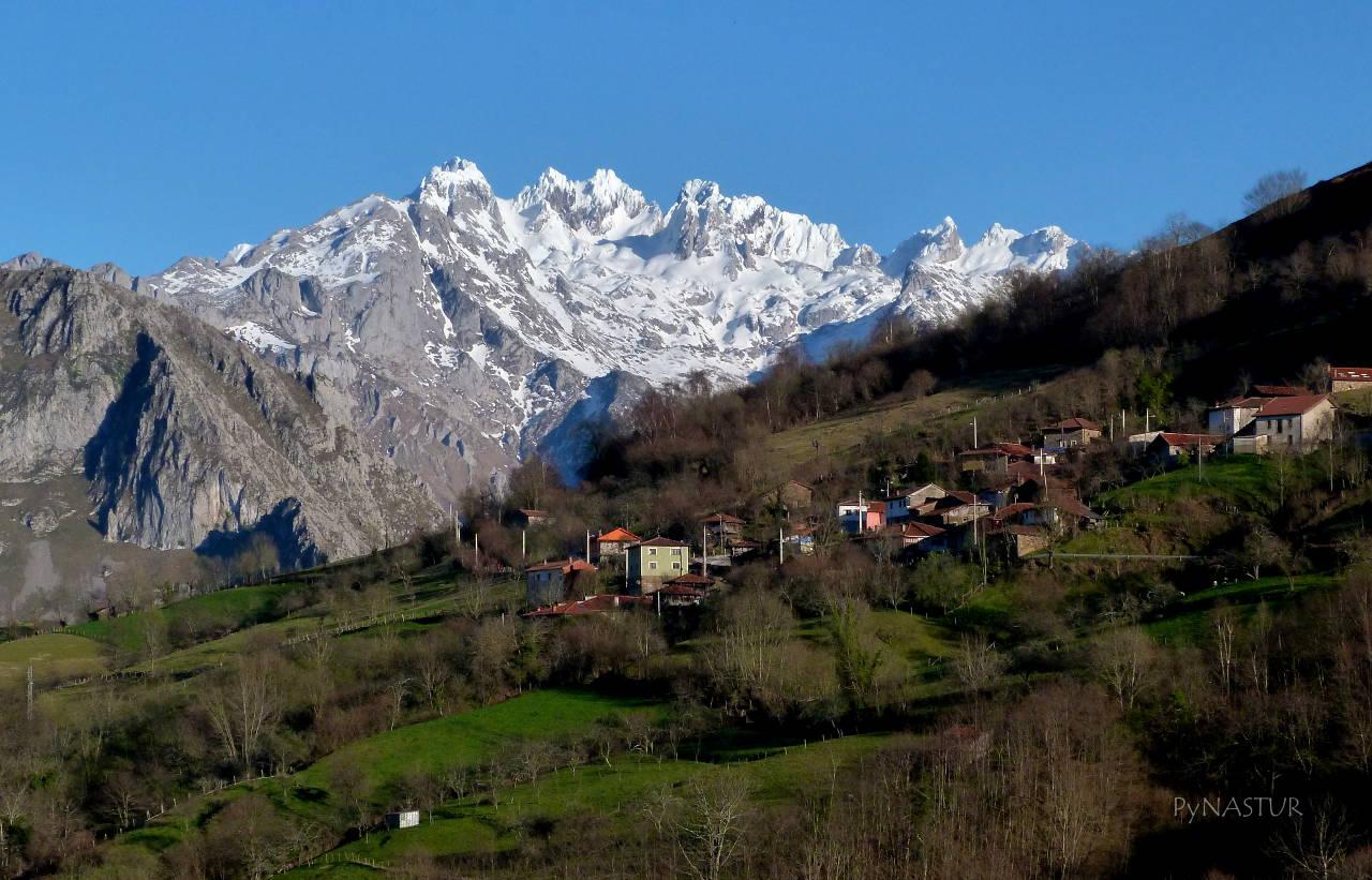 Picos de Europa desde el pueblo de Pen  con Villaverde en primer plano - Amieva