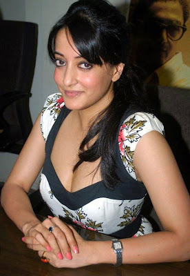 Actress Raima Sen Hot Cleavage Photos