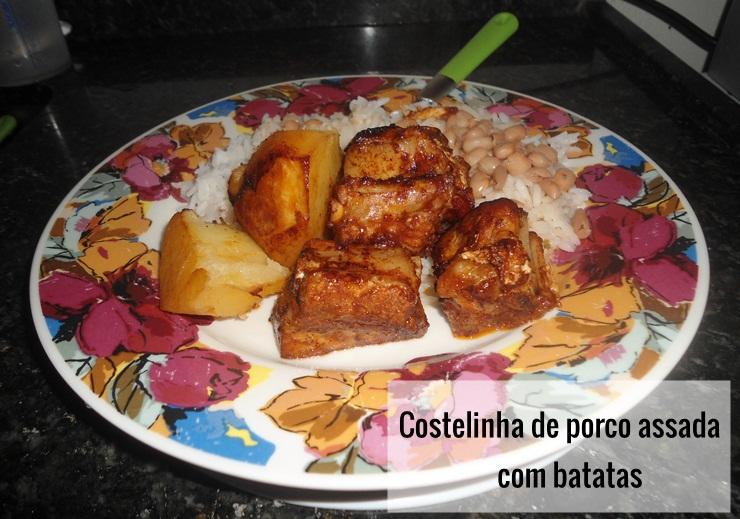 Receita de costelinha de porco assada com batatas e molho tipo barbecue.