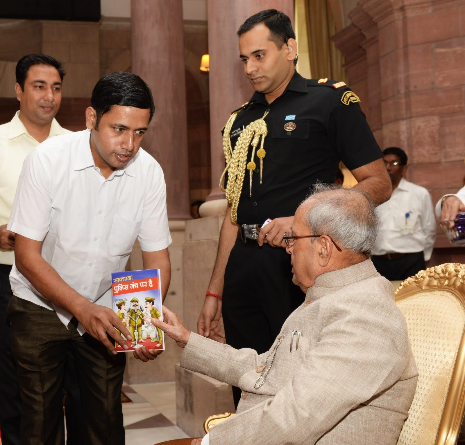सुमित प्रताप सिंह भारत के पूर्व राष्ट्रपति को अपनी पुस्तक भेंट करते हुए