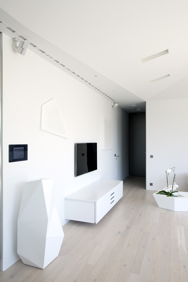 White interior in Ultra Modern House by architekti.sk, Slovakia